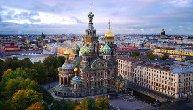 Rubel krwawi po sankcjach: spadek o 10 proc.