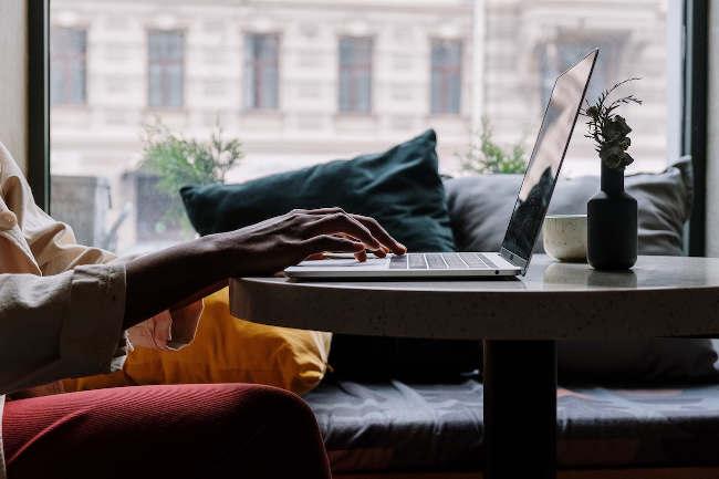 Millenialsi chcą pracować zdalnie non stop. Młodsi i starsi już niekoniecznie