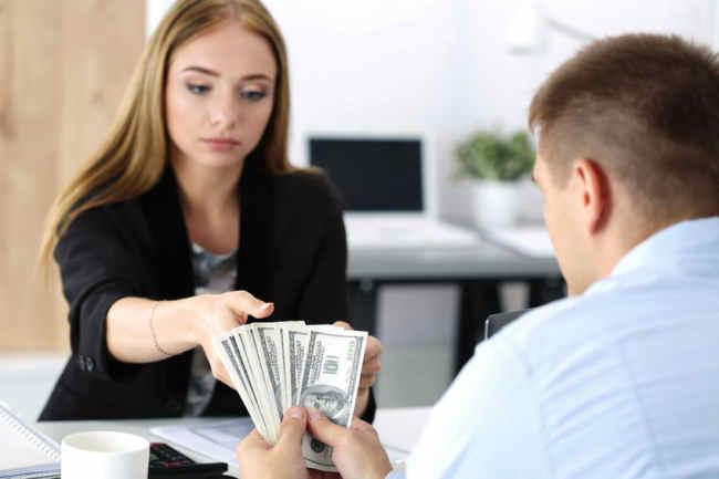 Zakupy, także walutowe, przenoszą się do sieci